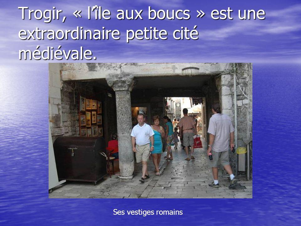 Trogir, « l'île aux boucs » est une extraordinaire petite cité médiévale.