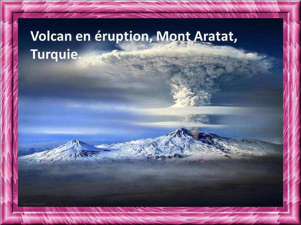 Volcan en éruption, Mont Aratat, Turquie.