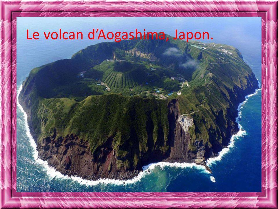 Le volcan d'Aogashima, Japon.