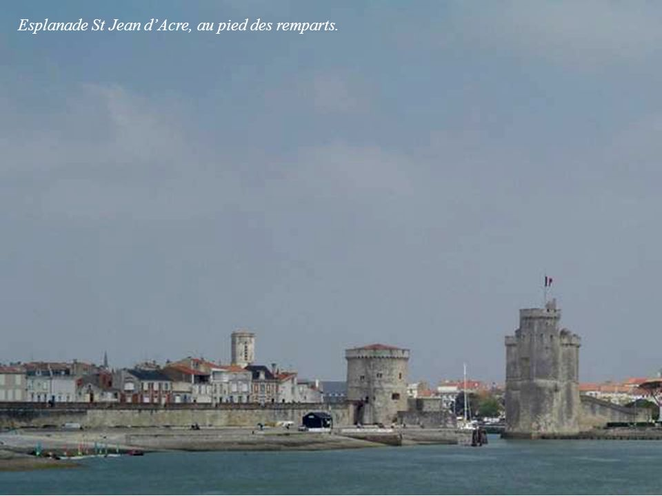 Esplanade St Jean d'Acre, au pied des remparts.