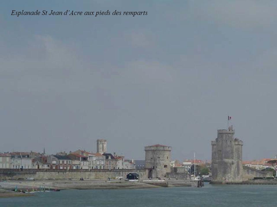 Esplanade St Jean d'Acre aux pieds des remparts