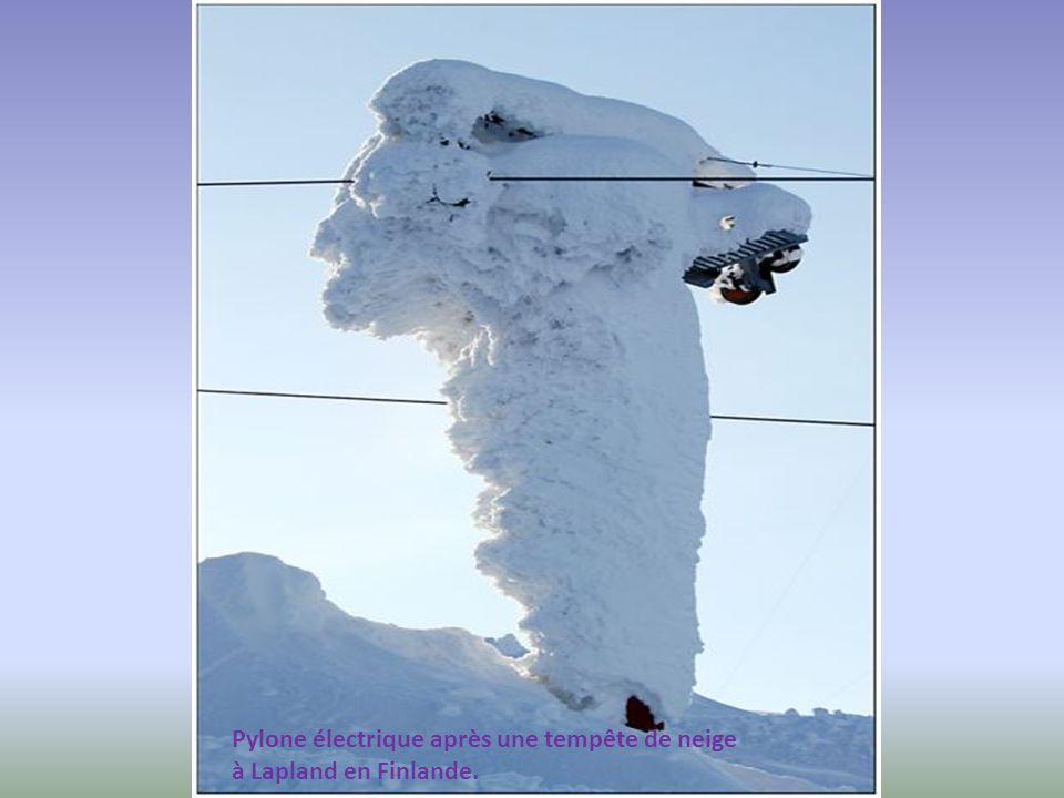 Pylone électrique après une tempête de neige