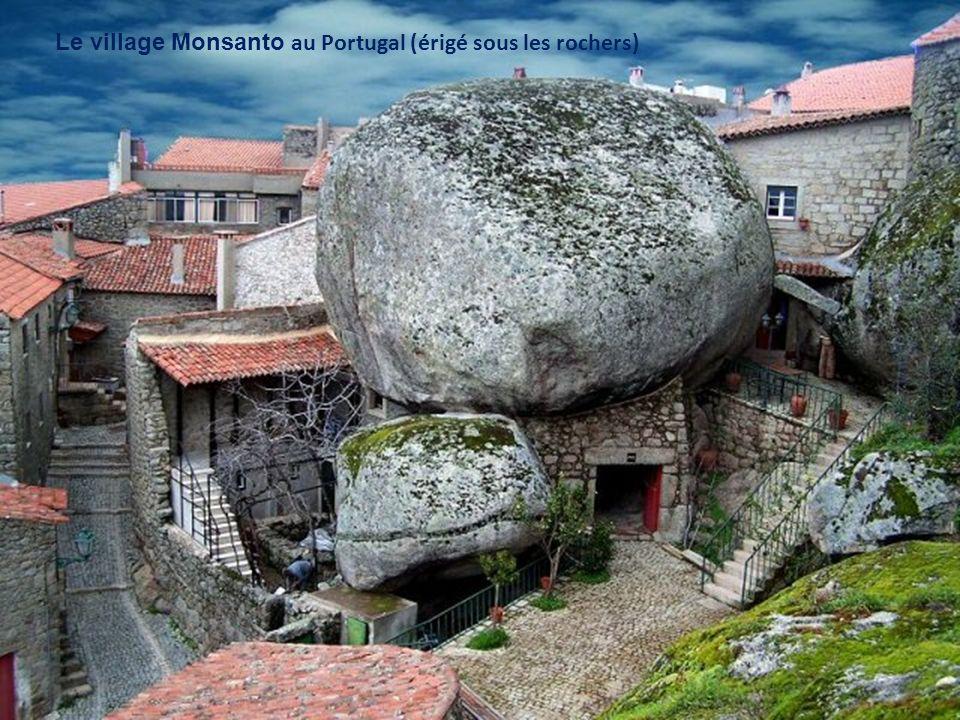 Le village Monsanto au Portugal (érigé sous les rochers)