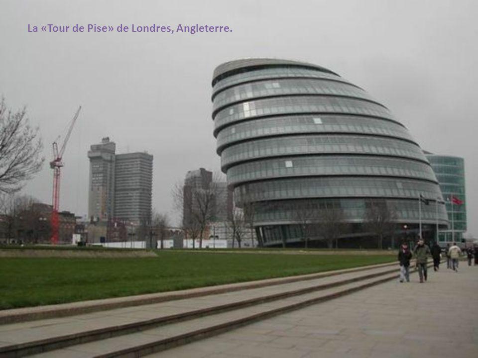 La «Tour de Pise» de Londres, Angleterre.