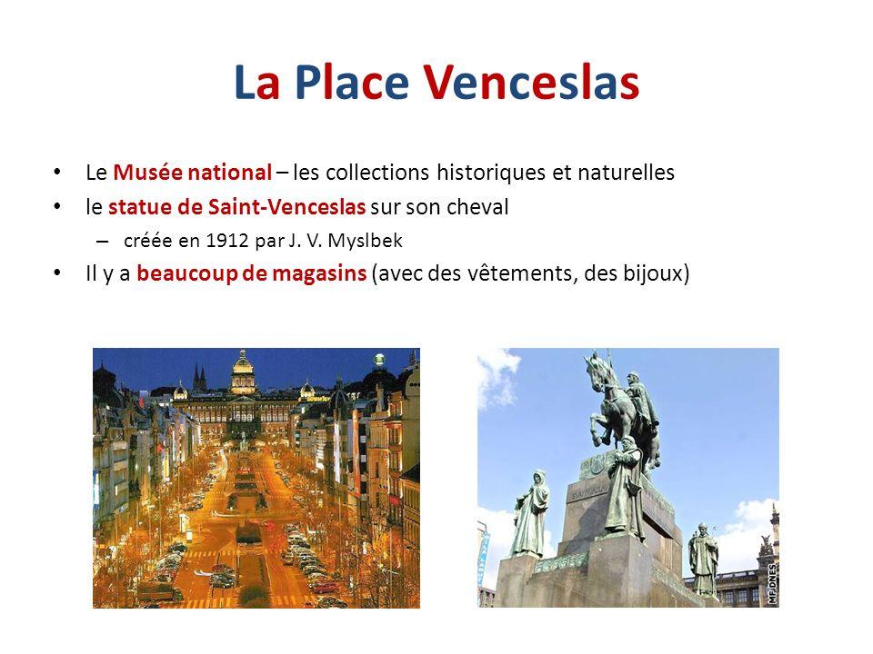 La Place Venceslas Le Musée national – les collections historiques et naturelles. le statue de Saint-Venceslas sur son cheval.