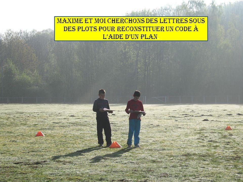 Maxime et moi cherchons des lettres sous des plots pour reconstituer un code à l'aide d'un plan.
