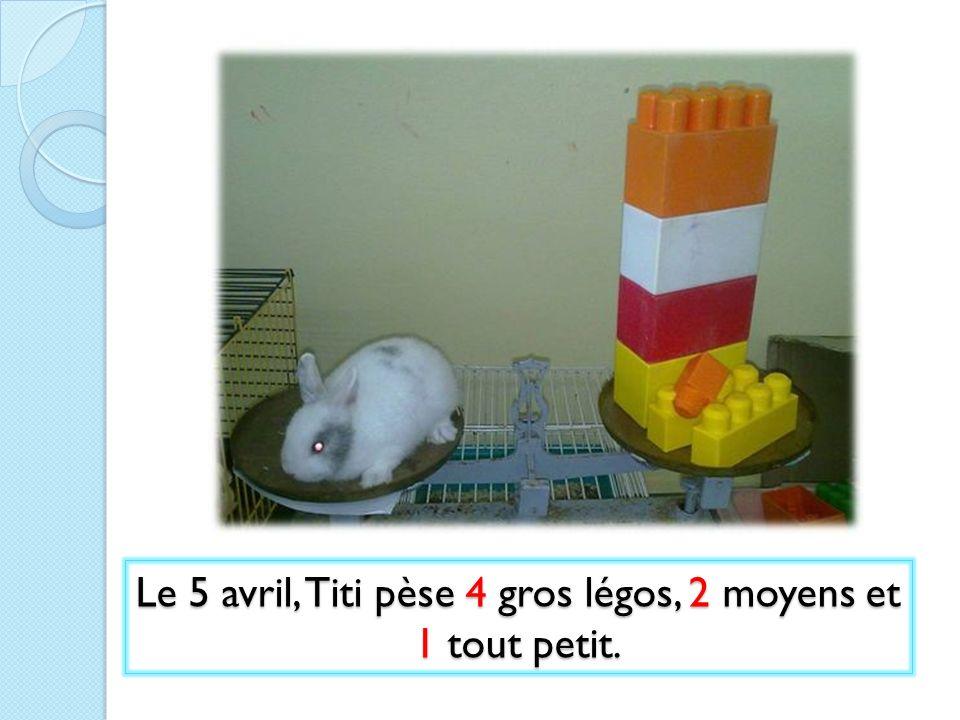 Le 5 avril, Titi pèse 4 gros légos, 2 moyens et 1 tout petit.