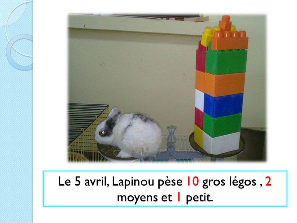 Le 5 avril, Lapinou pèse 10 gros légos , 2 moyens et 1 petit.