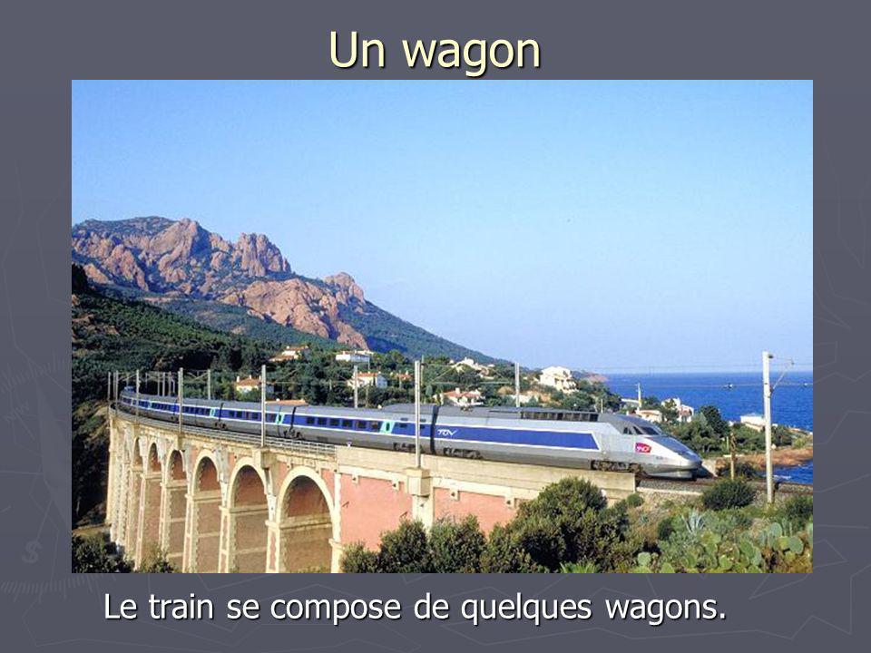 Un wagon Le train se compose de quelques wagons.