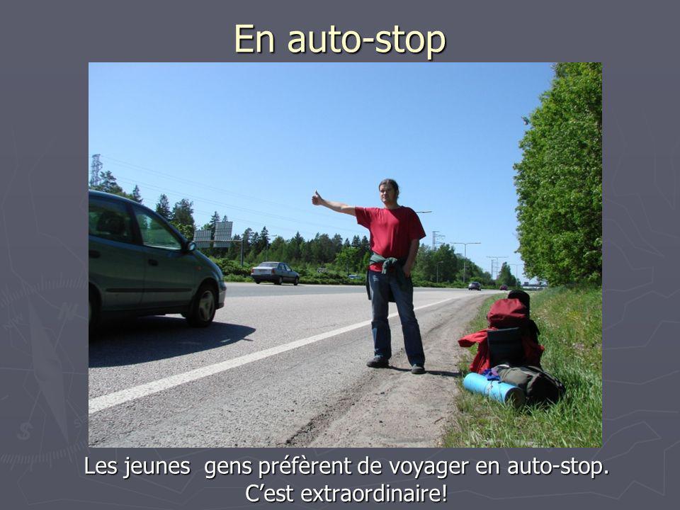 Les jeunes gens préfèrent de voyager en auto-stop.