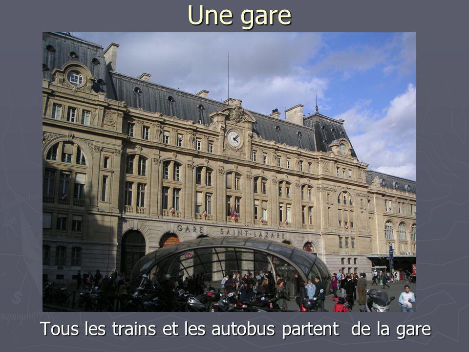 Tous les trains et les autobus partent de la gare