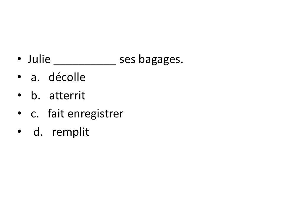 Julie __________ ses bagages.