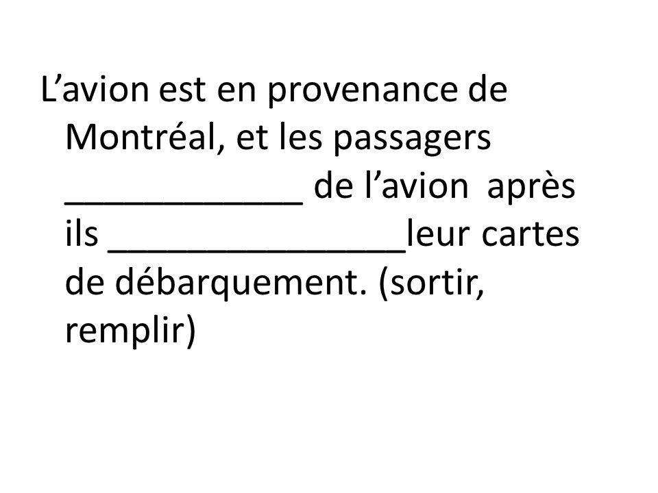 L'avion est en provenance de Montréal, et les passagers ____________ de l'avion après ils _______________leur cartes de débarquement.