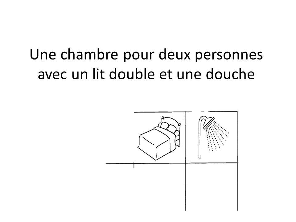 Une chambre pour deux personnes avec un lit double et une douche