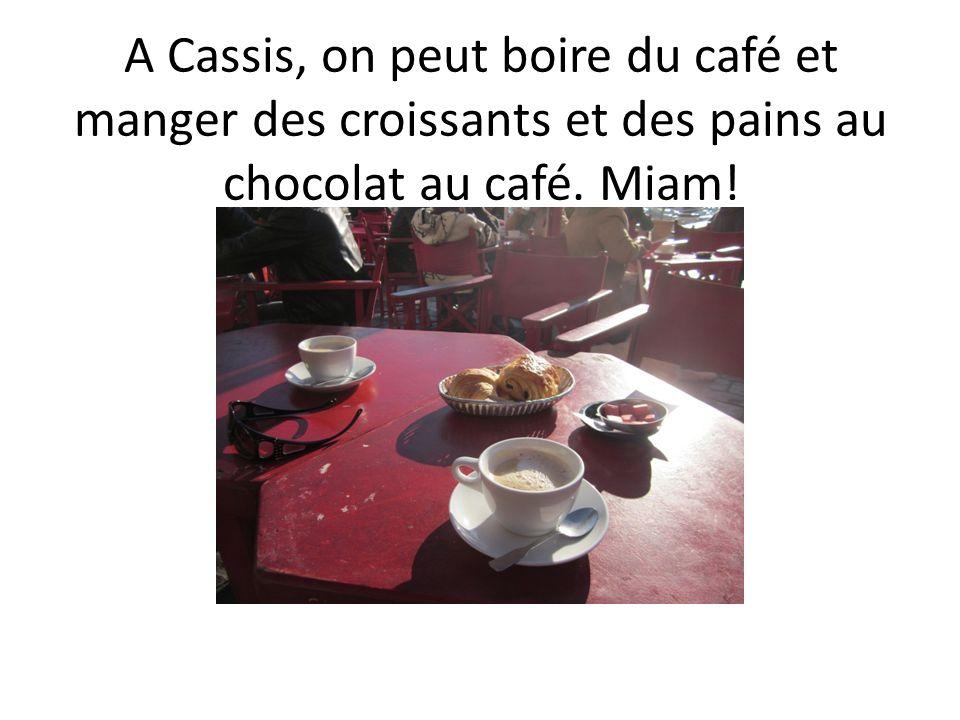 A Cassis, on peut boire du café et manger des croissants et des pains au chocolat au café. Miam!