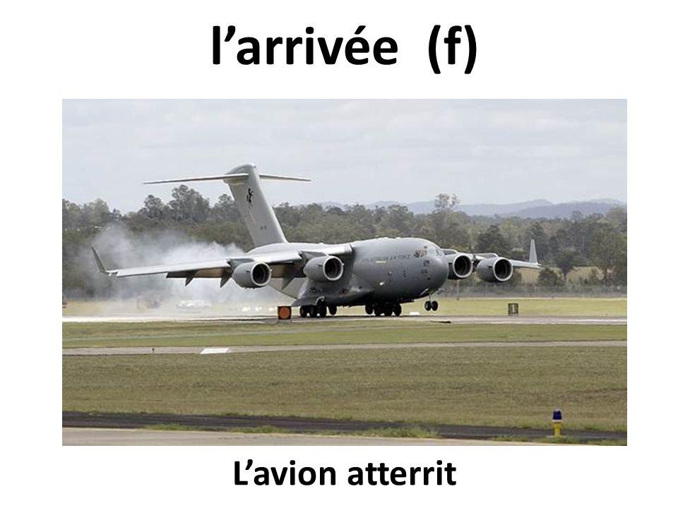 l'arrivée (f) L'avion atterrit