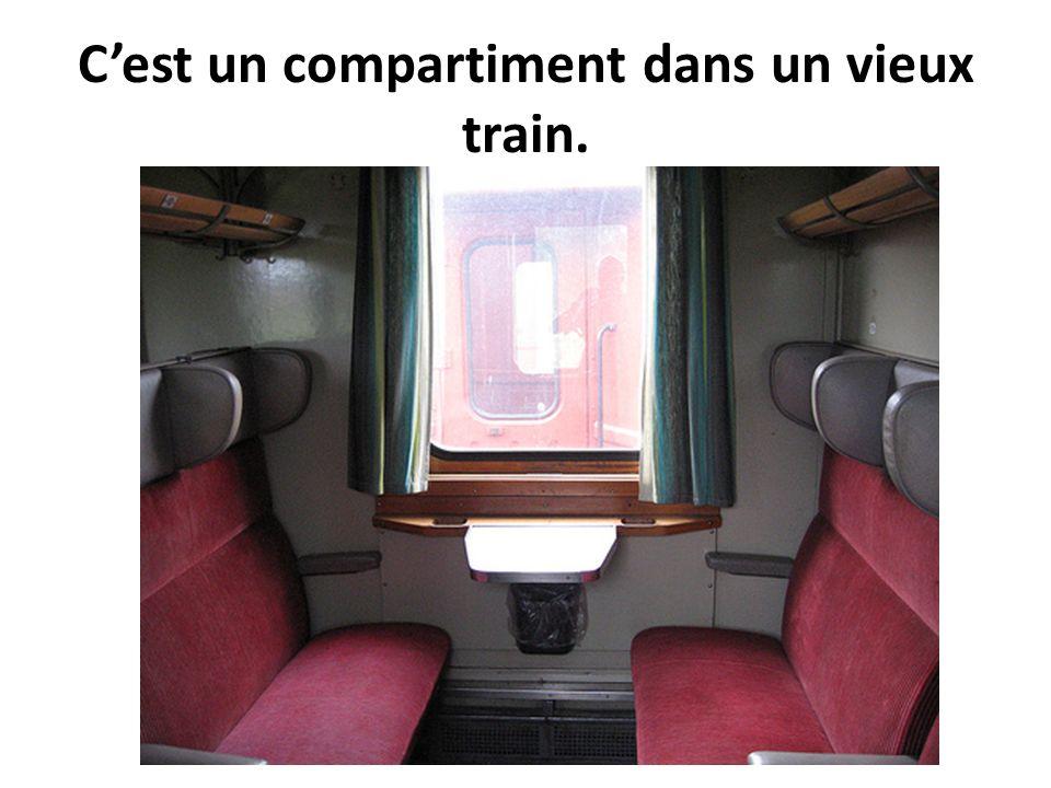 C'est un compartiment dans un vieux train.
