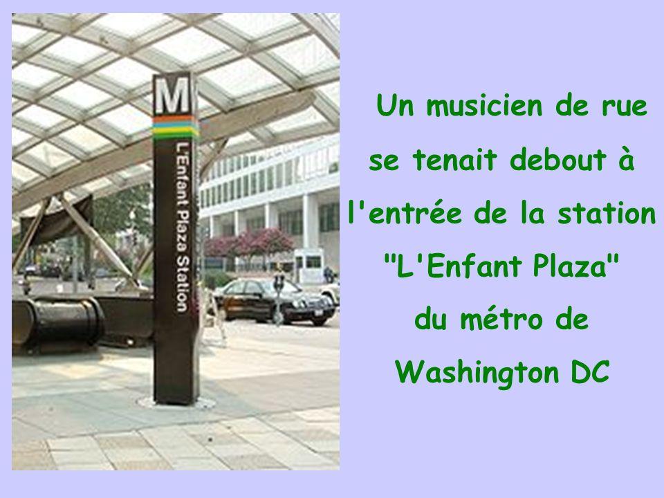 Un musicien de rue se tenait debout à l entrée de la station L Enfant Plaza du métro de Washington DC