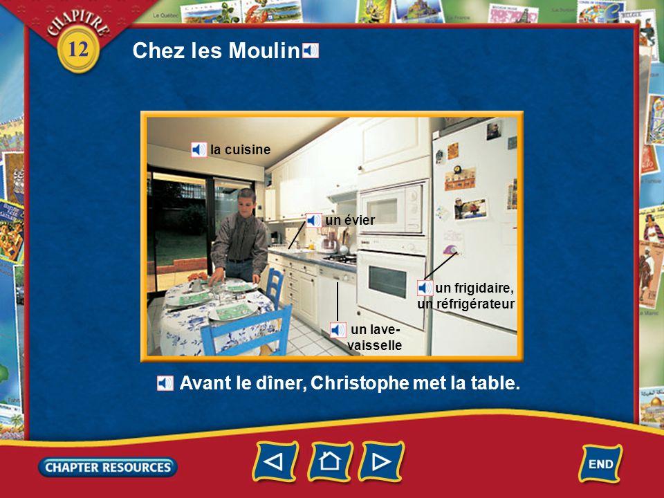 Chez les Moulin Avant le dîner, Christophe met la table. la cuisine