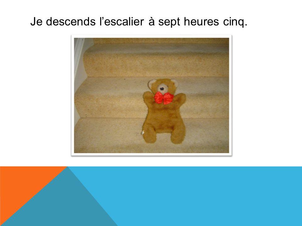 Je descends l'escalier à sept heures cinq.