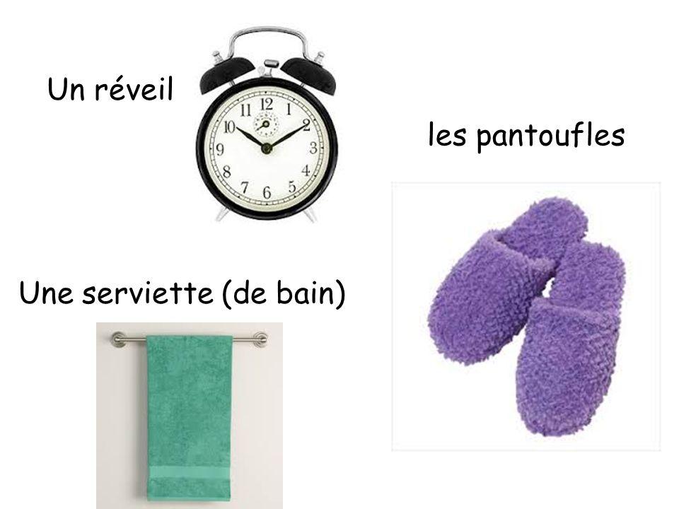 Un réveil les pantoufles Une serviette (de bain)