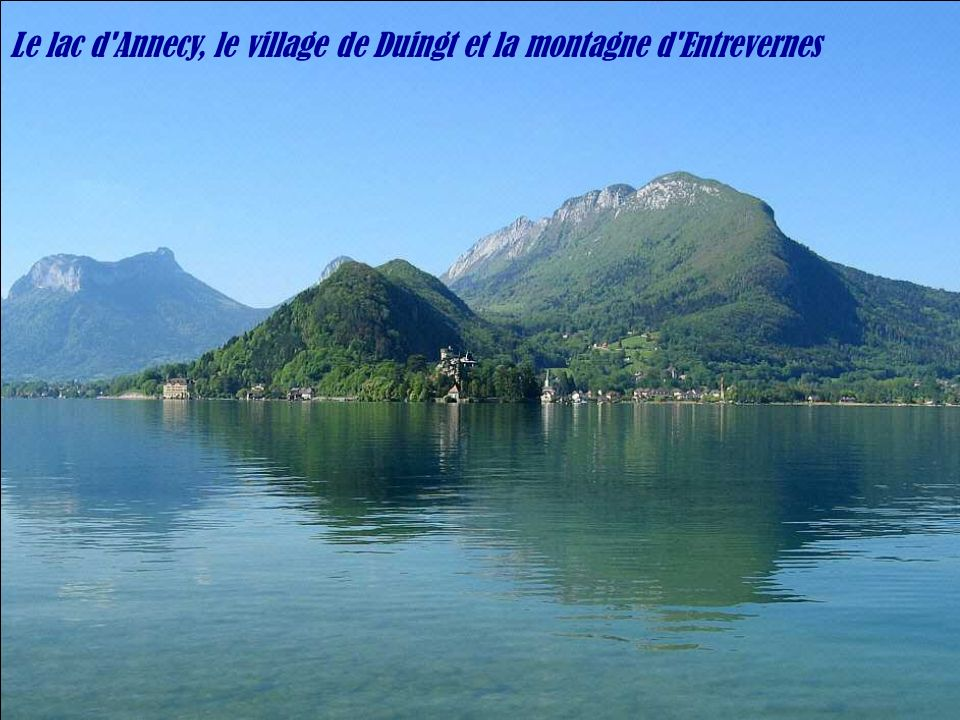 Le lac d Annecy, le village de Duingt et la montagne d Entrevernes