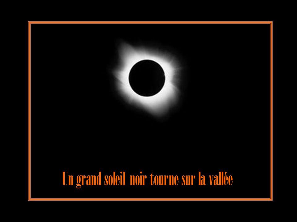 Un grand soleil noir tourne sur la vallée