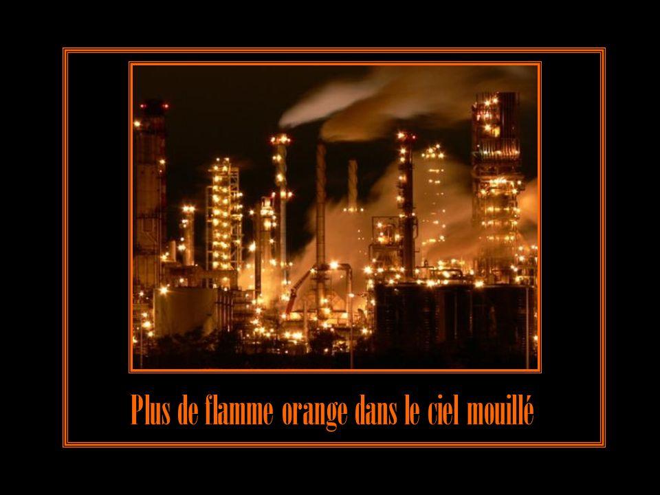 Plus de flamme orange dans le ciel mouillé