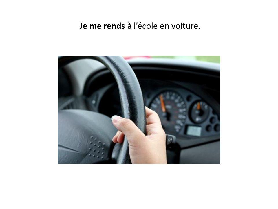 Je me rends à l'école en voiture.