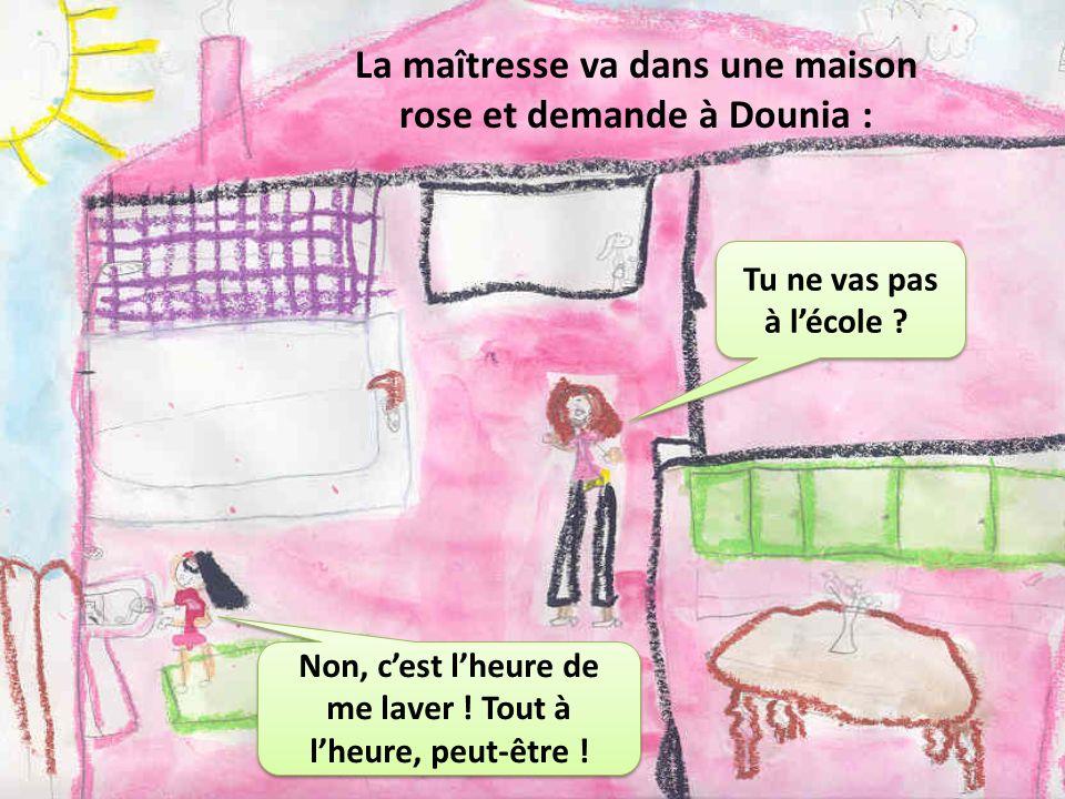 La maîtresse va dans une maison rose et demande à Dounia :