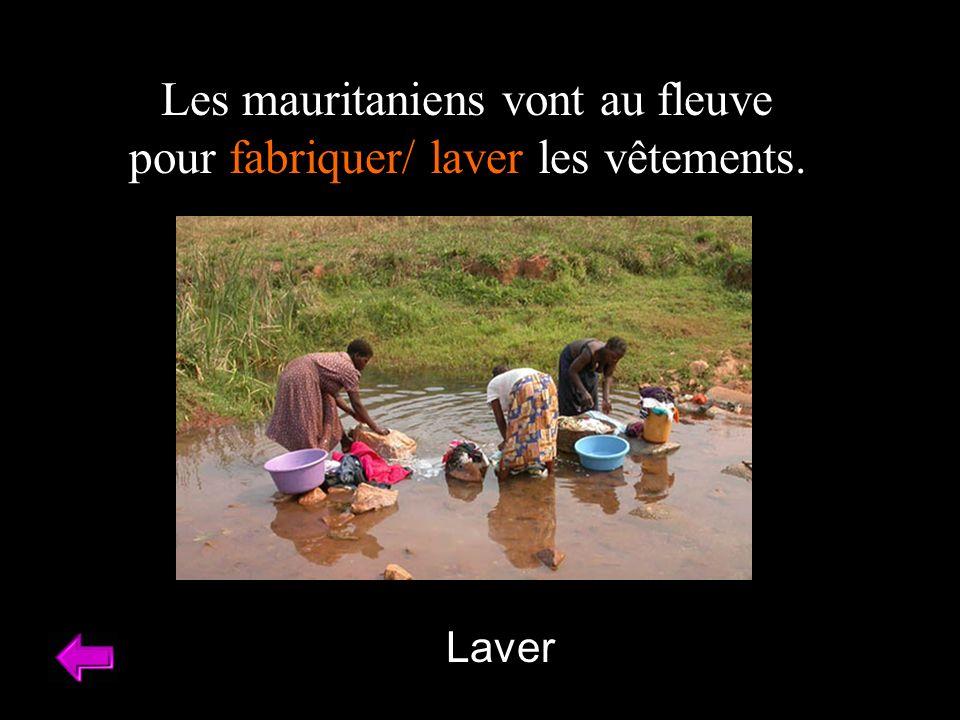 Les mauritaniens vont au fleuve pour fabriquer/ laver les vêtements.