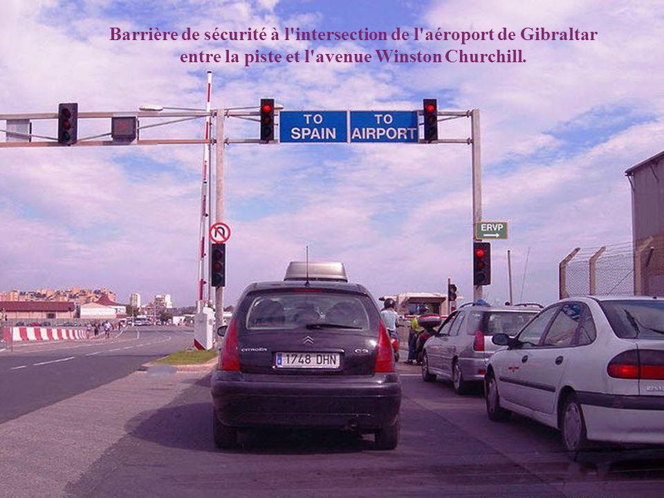 Barrière de sécurité à l intersection de l aéroport de Gibraltar entre la piste et l avenue Winston Churchill.