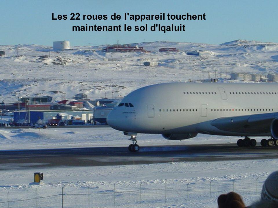 Les 22 roues de l appareil touchent maintenant le sol d Iqaluit