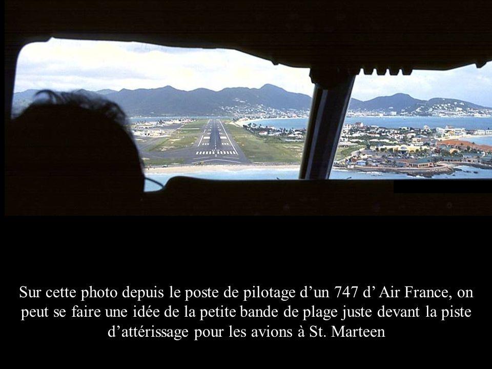 Sur cette photo depuis le poste de pilotage d'un 747 d' Air France, on peut se faire une idée de la petite bande de plage juste devant la piste d'attérissage pour les avions à St.