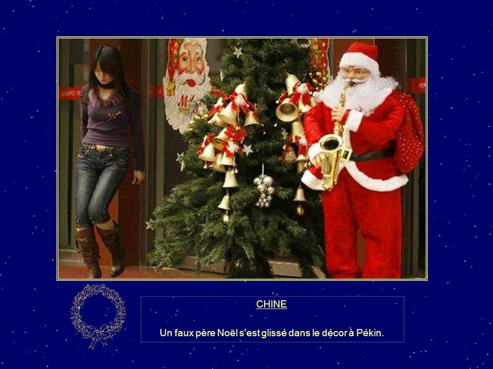 Un faux père Noël s est glissé dans le décor à Pékin.