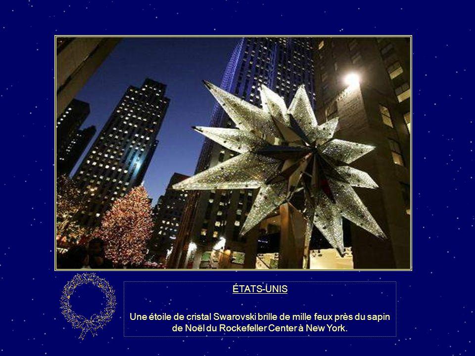 ÉTATS-UNIS Une étoile de cristal Swarovski brille de mille feux près du sapin de Noël du Rockefeller Center à New York.