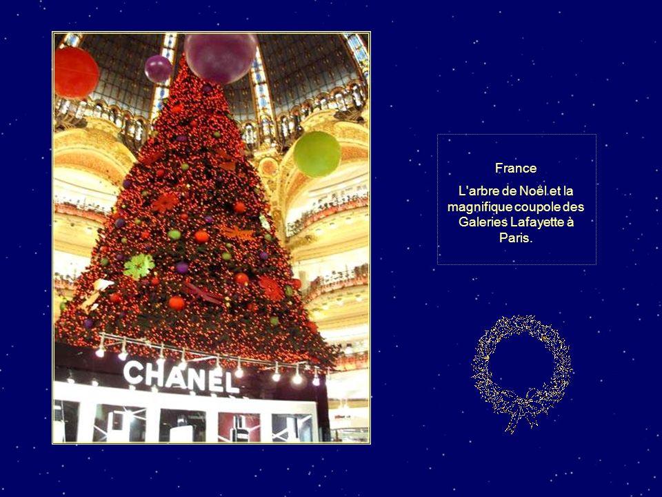 France L arbre de Noël et la magnifique coupole des Galeries Lafayette à Paris.