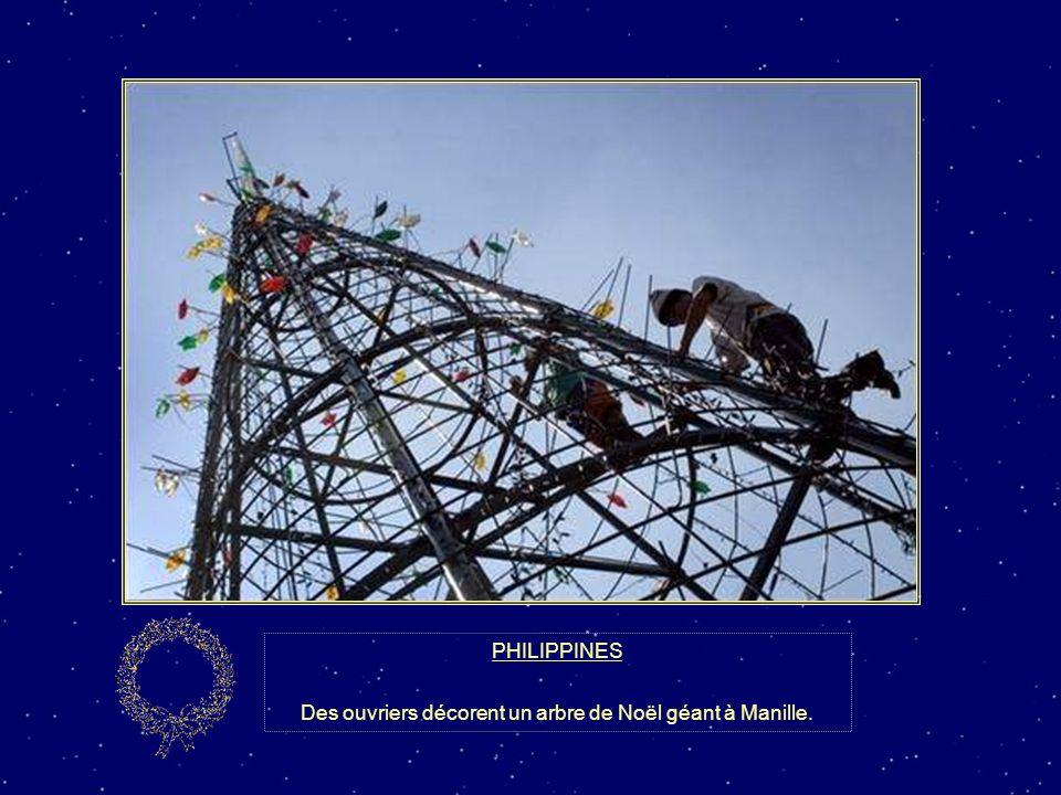 Des ouvriers décorent un arbre de Noël géant à Manille.