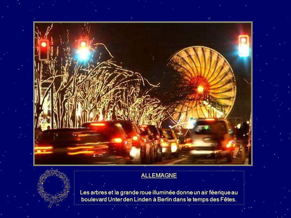 ALLEMAGNE Les arbres et la grande roue illuminée donne un air féerique au boulevard Unter den Linden à Berlin dans le temps des Fêtes.