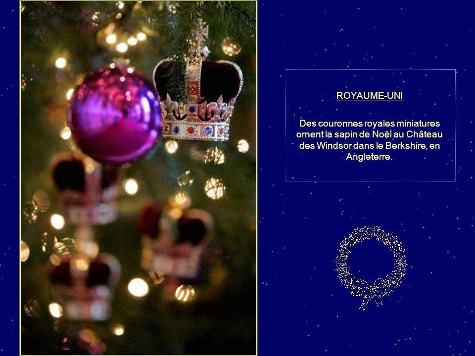 ROYAUME-UNI Des couronnes royales miniatures ornent la sapin de Noël au Château des Windsor dans le Berkshire, en Angleterre.