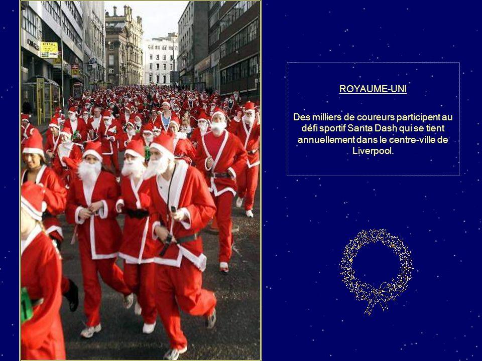 ROYAUME-UNI Des milliers de coureurs participent au défi sportif Santa Dash qui se tient annuellement dans le centre-ville de Liverpool.