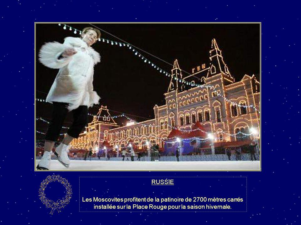 RUSSIE Les Moscovites profitent de la patinoire de 2700 mètres carrés installée sur la Place Rouge pour la saison hivernale.