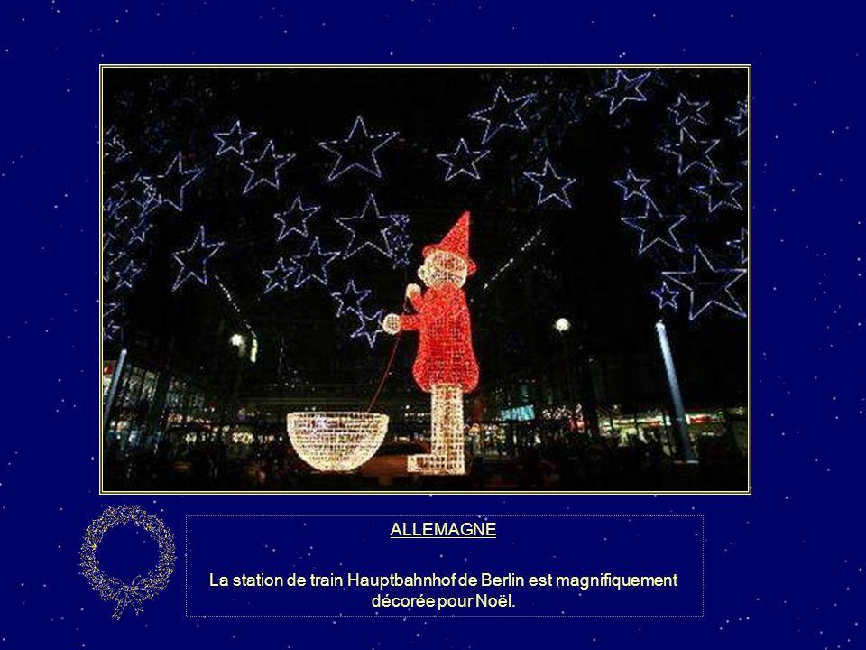 ALLEMAGNE La station de train Hauptbahnhof de Berlin est magnifiquement décorée pour Noël.