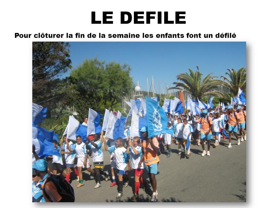 LE DEFILE Pour clôturer la fin de la semaine les enfants font un défilé