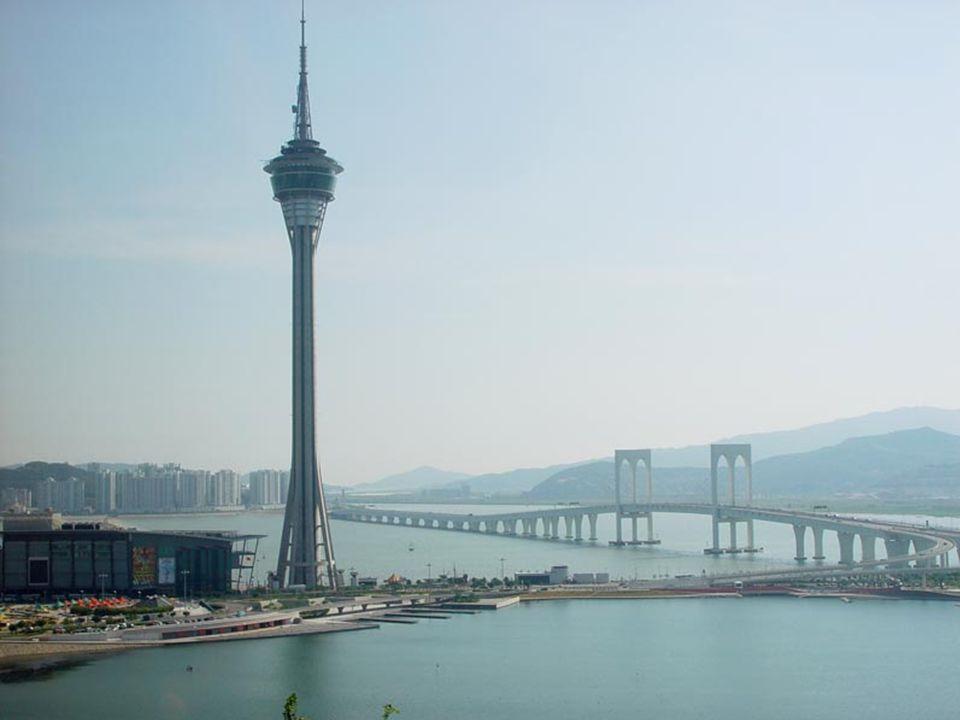 La tour Macao et le premier pont reliant Macao et l'ïle de Taipa