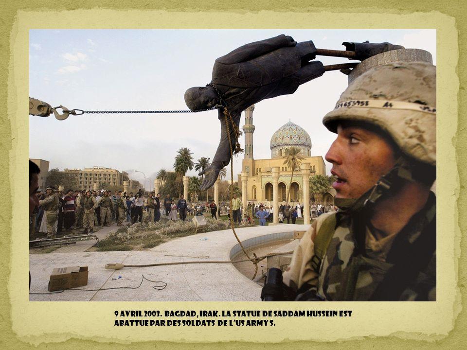 9 avril 2003. Bagdad, Irak. La statue de Saddam Hussein est abattue par des soldats de l'US Army S.