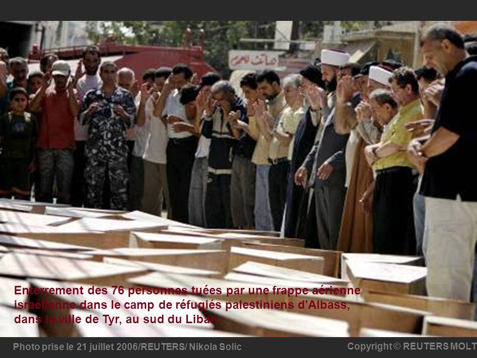 Enterrement des 76 personnes tuées par une frappe aérienne israélienne dans le camp de réfugiés palestiniens d Albass, dans la ville de Tyr, au sud du Liban.