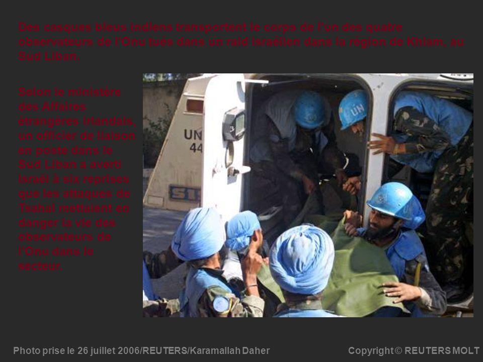 Des casques bleus indiens transportent le corps de l un des quatre observateurs de l Onu tués dans un raid israélien dans la région de Khiam, au Sud Liban.