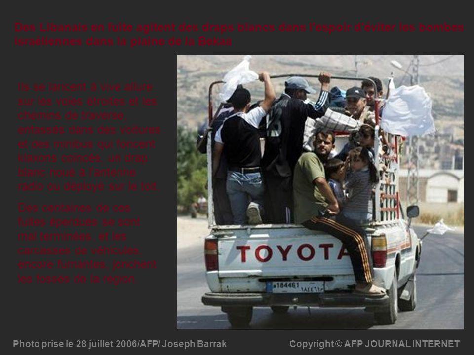 Des Libanais en fuite agitent des draps blancs dans l espoir d éviter les bombes israéliennes dans la plaine de la Bekaa