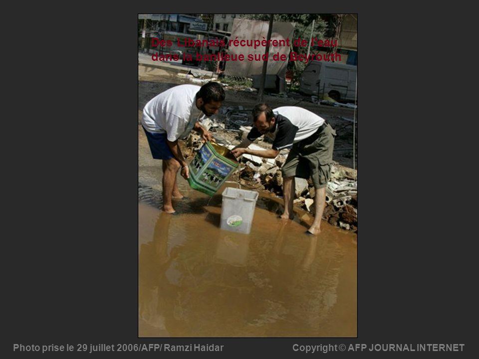 Des Libanais récupèrent de l eau dans la banlieue sud de Beyrouth